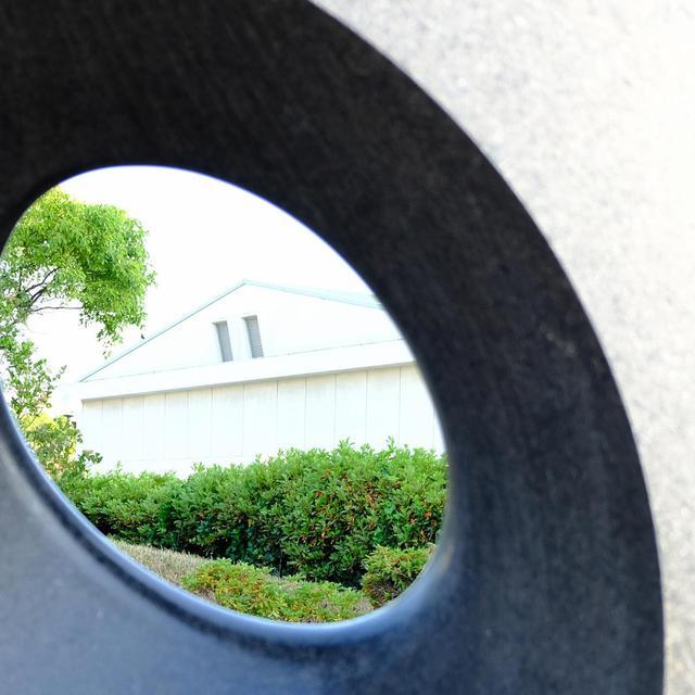 画像: 穴から覗いてみたり触ってみたり、五感で楽しめる作品が身近にあります。
