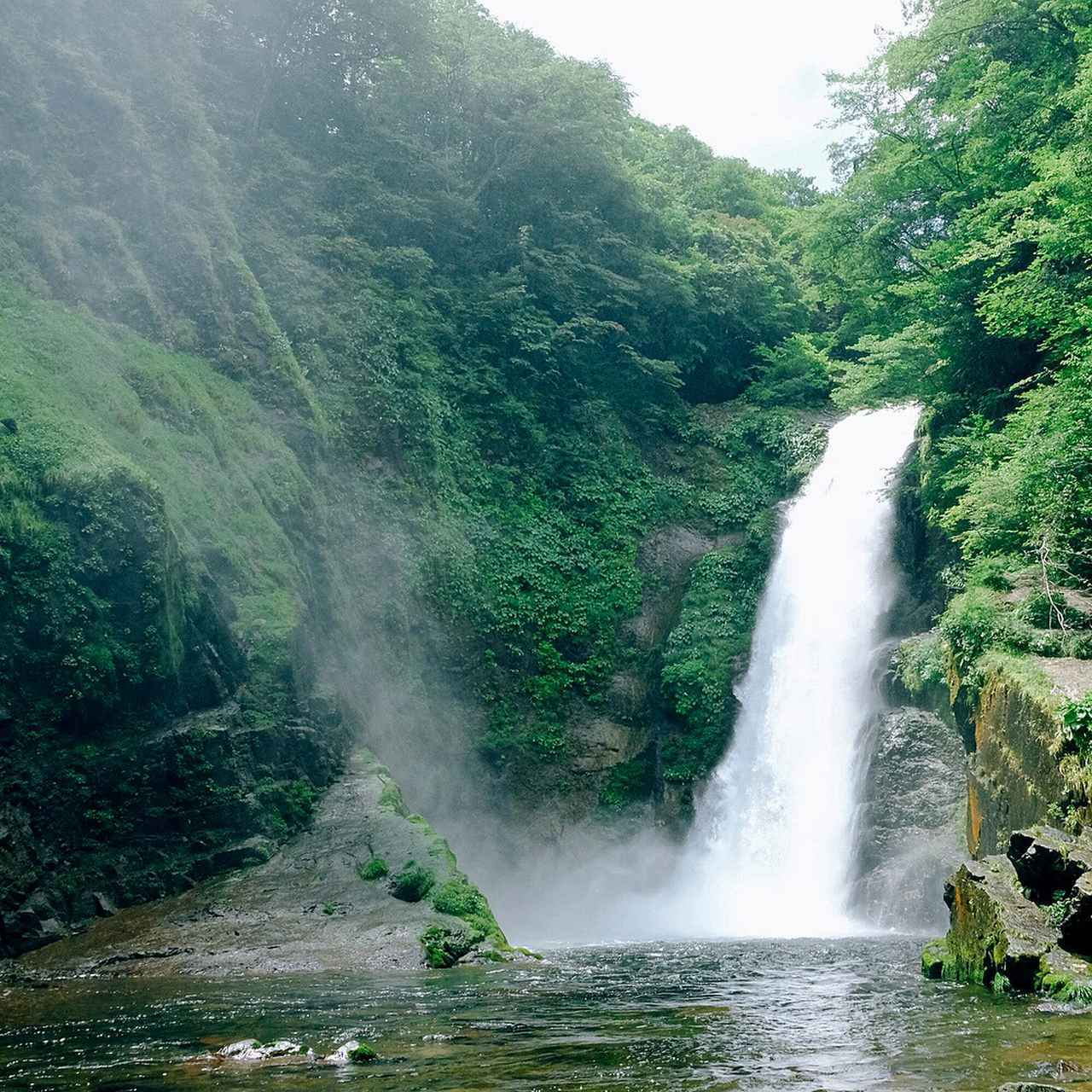 画像: 河原へ降りると、離れていても川面を渡る風に運ばれて水しぶきが飛んできます。「豪快!」という他ないほどの勇壮な姿。これを眼前に見ることが出来る、秋保でも代表的な絶景スポットです。