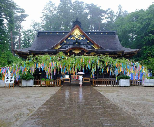 画像: この季節は七夕祈願祭のための笹飾りがあり、美しいアーチを描いていました。