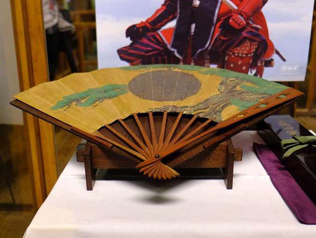 画像: 真田丸(真田幸村)から授かった扇。大坂冬の陣の際、松江松平家初代藩主である松平直政公に与えられた軍扇だとのこと。