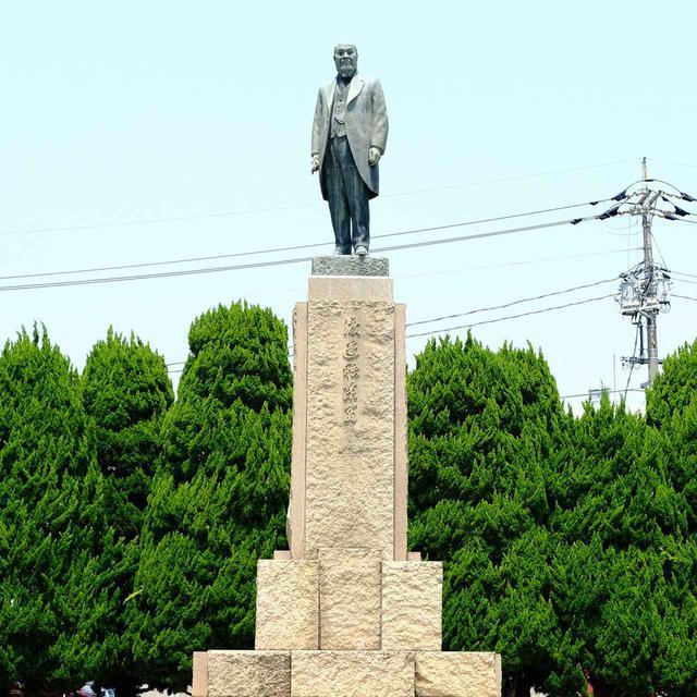 画像: 会館前の公園内には渡辺祐策の銅像があります。この銅像は市民の寄付で建てられたもの。炭鉱経営で大成功を収めていたにも関わらず、石炭には埋蔵量に限界があるとして産業の改革を唱え工業分野への変革を行い、現在の宇部興産の基礎を築き上げた人です。