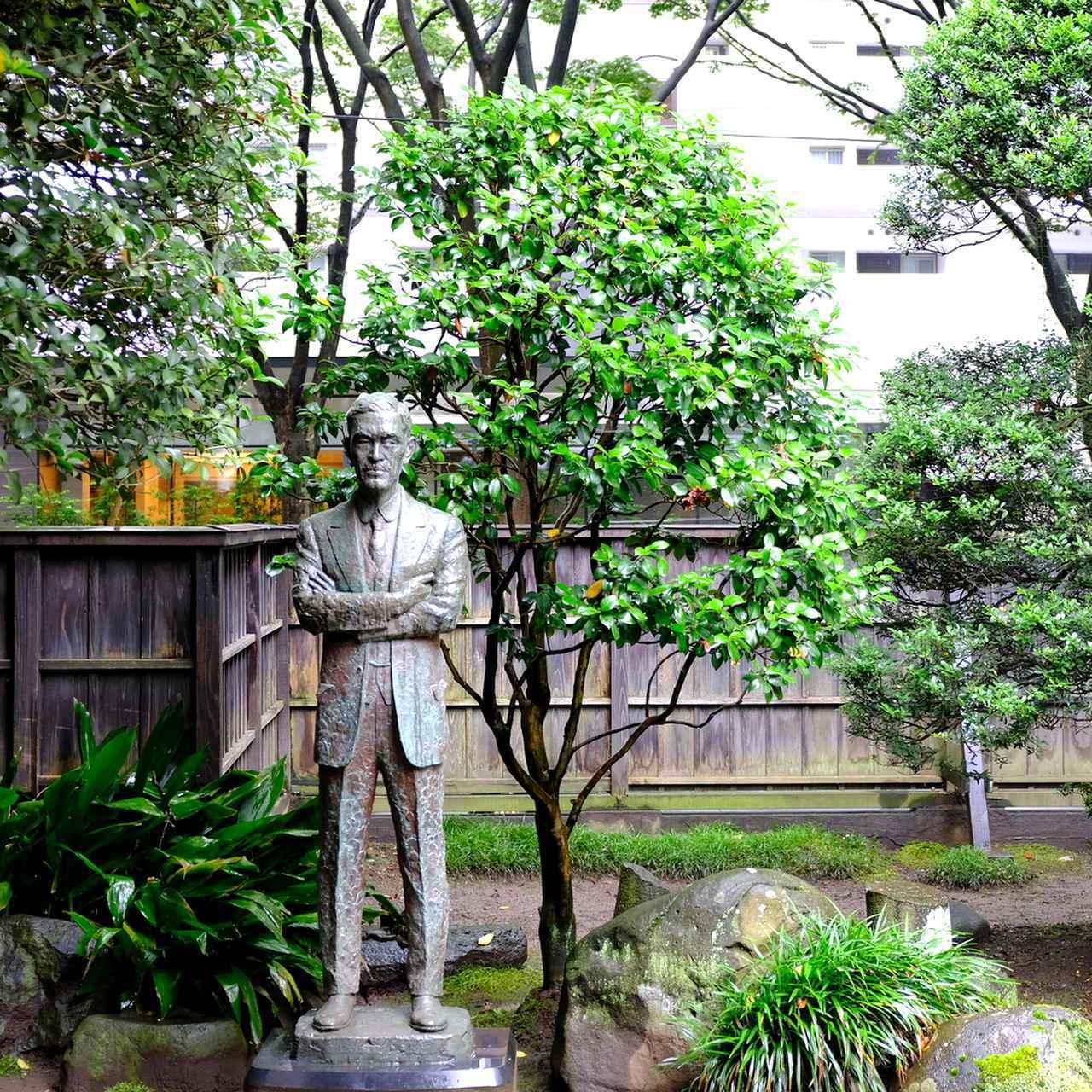 画像: 和風庭園には土井晩翠像。土井晩翠は東京帝国大学(現・東京大学)英文科へ進学。その後3年間のヨーロッパ留学を経て仙台へ戻ってきました。その時晩翠は34歳、80歳で亡くなるまで仙台で過ごしました。