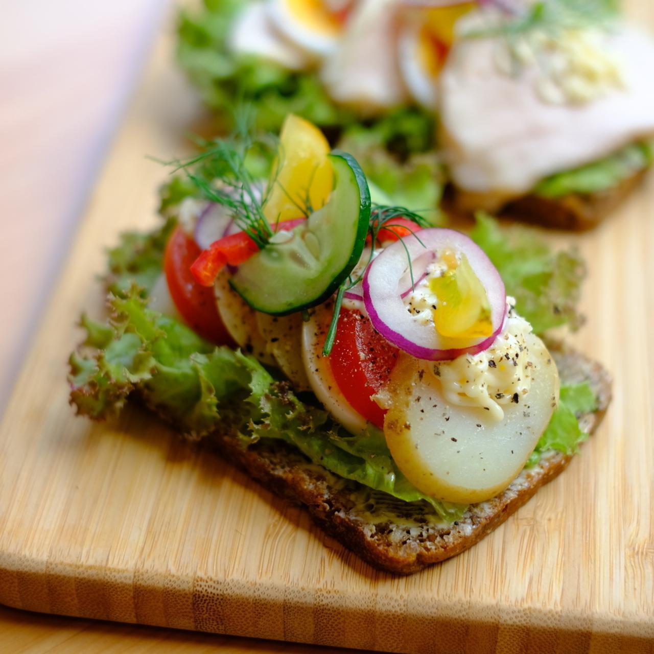 画像: まるでパーティー料理と見まごうような、華やかで手の込んだ料理のように見えますよね。実はこれ、デンマークの伝統料理、「スモーブロー」と呼ばれるソウルフードなのです。