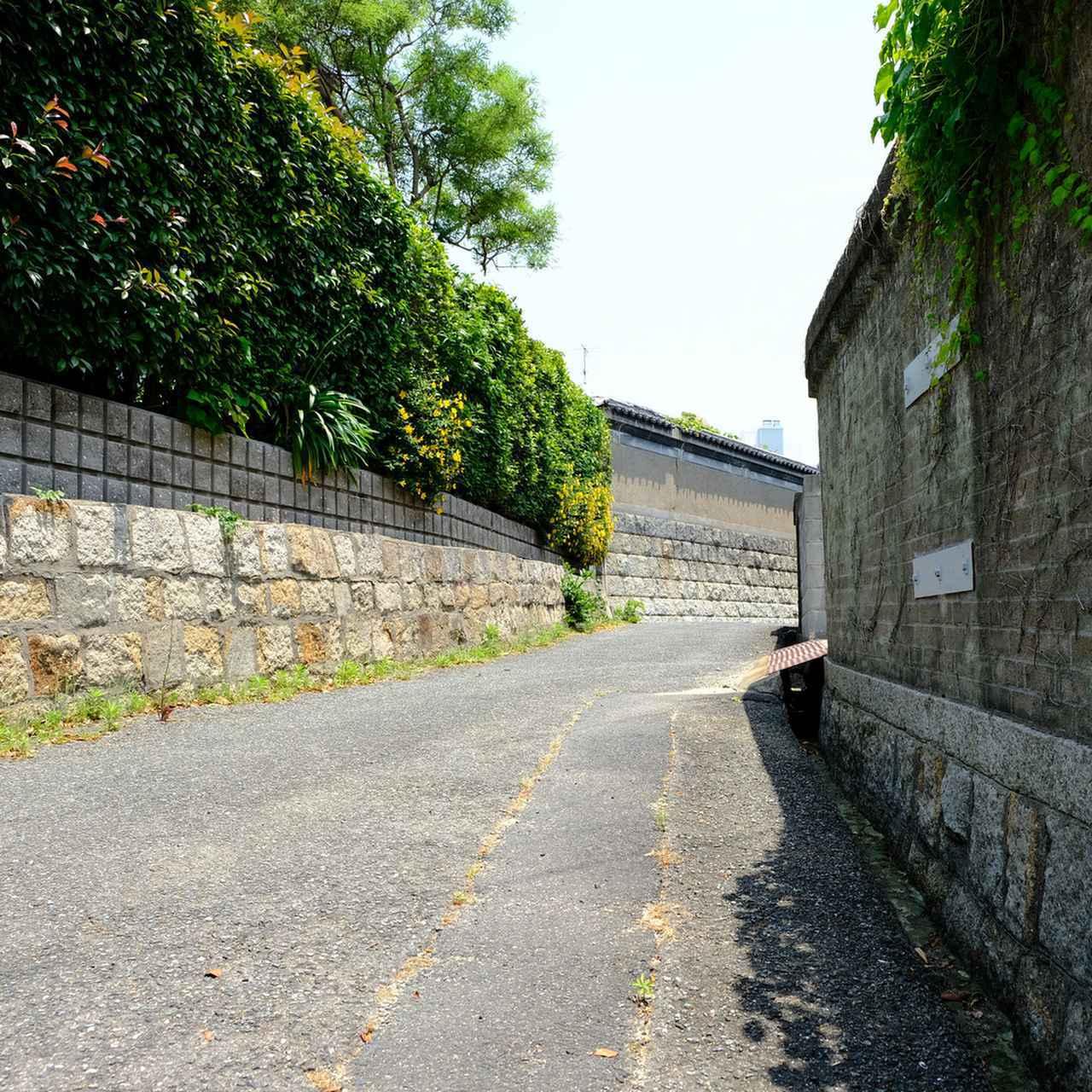 画像: そのまま市内中心部を自転車でふらりと走ると、タイムスリップしたかのような石垣の路地に出ました。