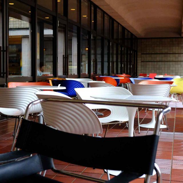 画像: テラス席も楽しめます。デザイナーズチェアの「トムバック・チェア」がたくさん。「ワシリーチェア」もありました。