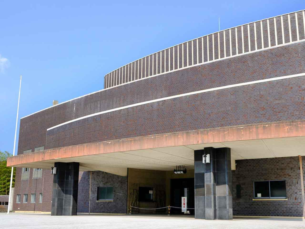 画像: 湾曲を使い、その曲線を建物全体に施したダイナミックな建築です。