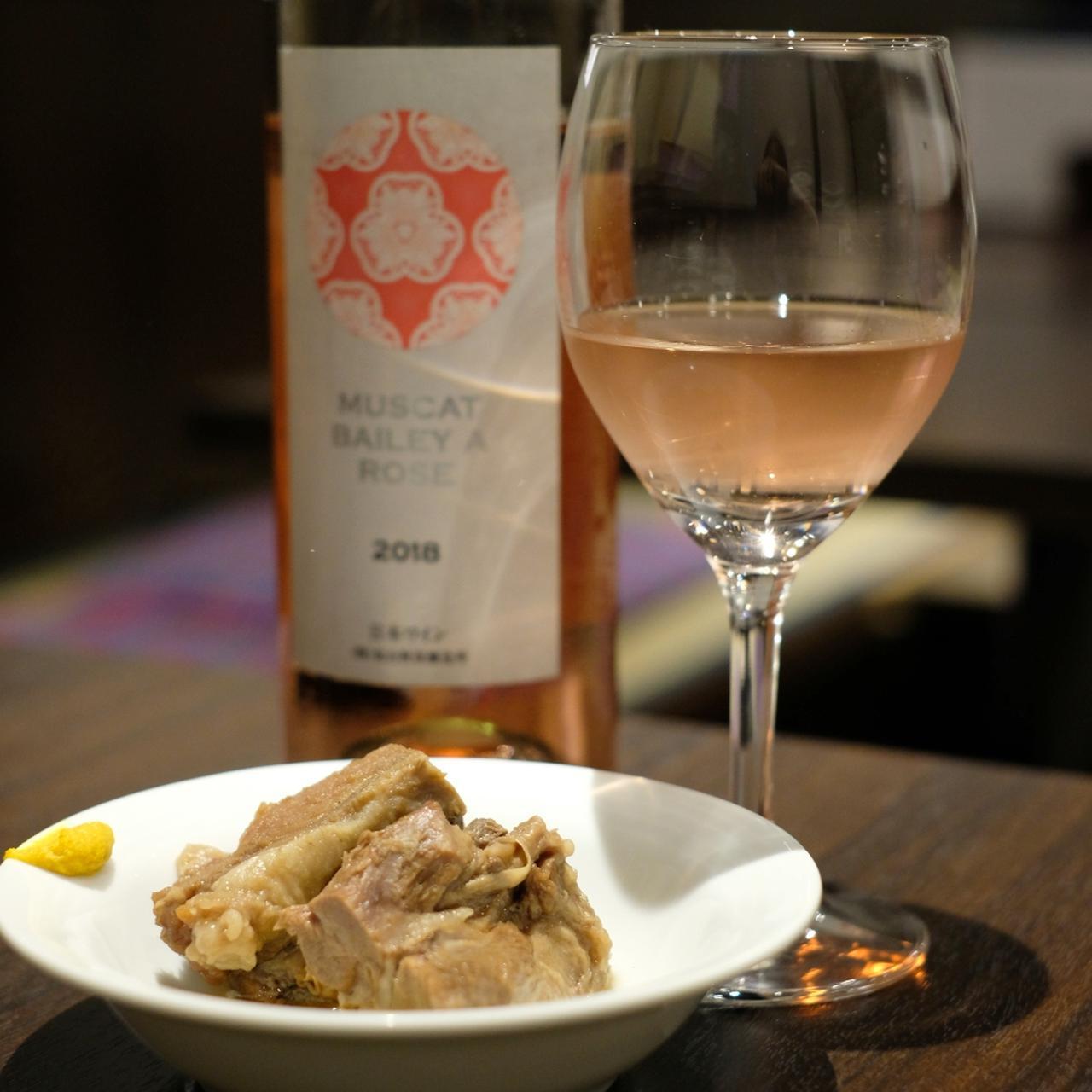 画像: お通しも牛タン料理、あっさり味の角煮。合わせるのは秋保ワイナリー「マスカット・ベーリーA」のロゼ。