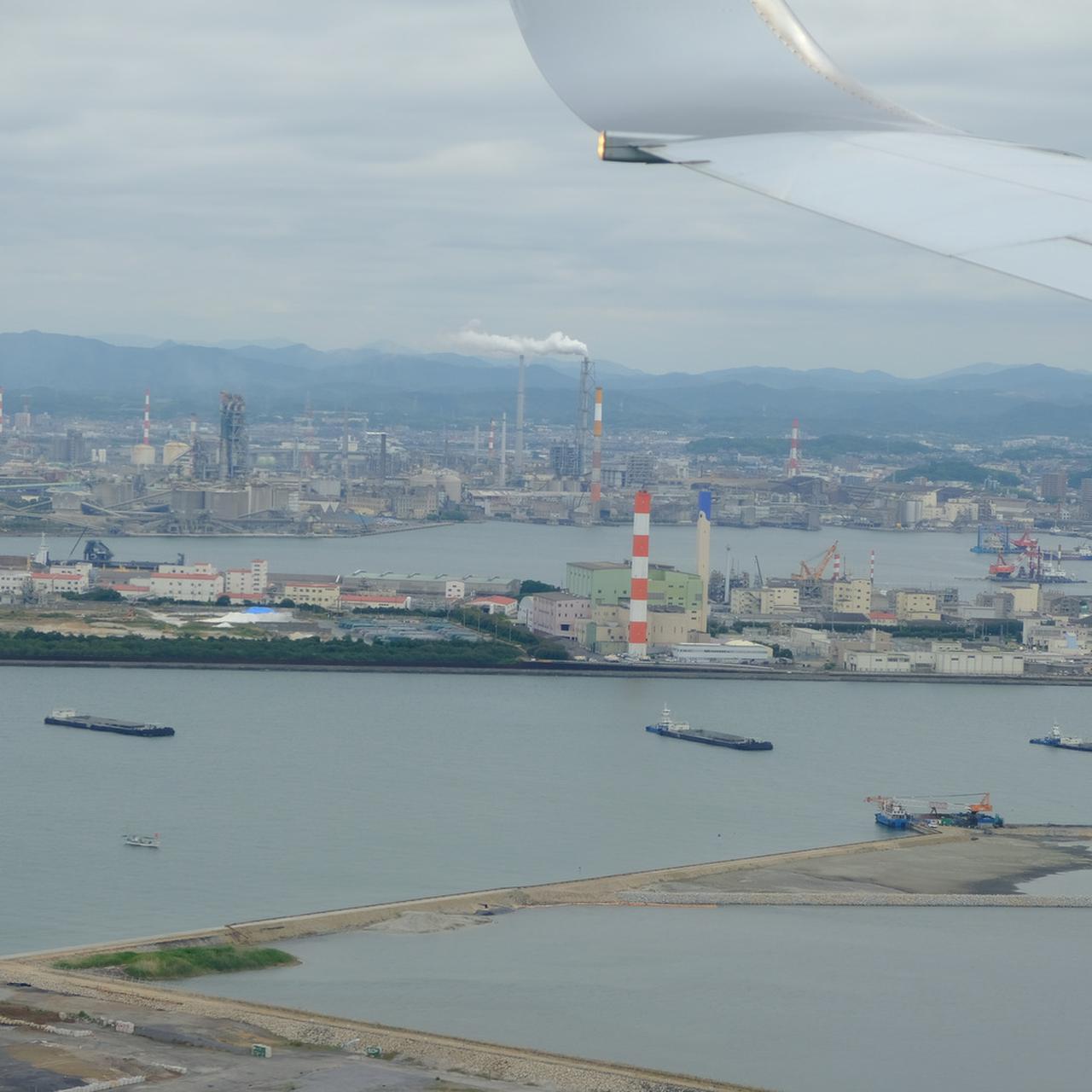 画像: 山口県宇部市の旅へ出発です。いよいよ着陸という時に、巨大な工場群が見えてきました。