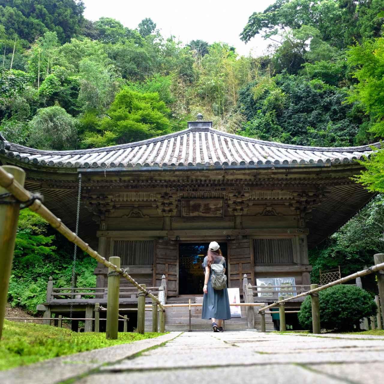 画像: 国の重要文化財「三慧殿」は奥に鎮座しています。後ろに山を背負い、木々に守られるようにして建っていました。