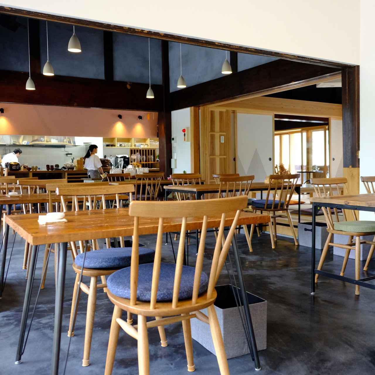 画像: こちらは窓際のテーブル席。オープンキッチンで料理人の動きも良く見えます。地元野菜や食材を盛り込んだランチプレートなどが人気です。