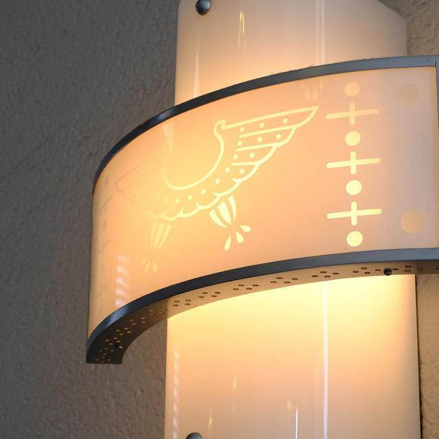 画像: この鷲、ドット、十字の模様は階段で使われている照明にも似たデザインが使われています。