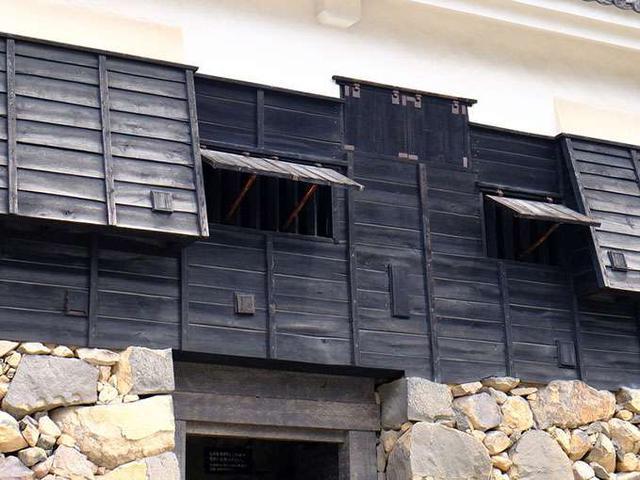 画像: 松江城は完全戦闘系のお城。入口上部には「石落とし」などのしかけが。狭間(縦長の穴)からは弓や石が飛んでくるんですね。こわいこわい~!