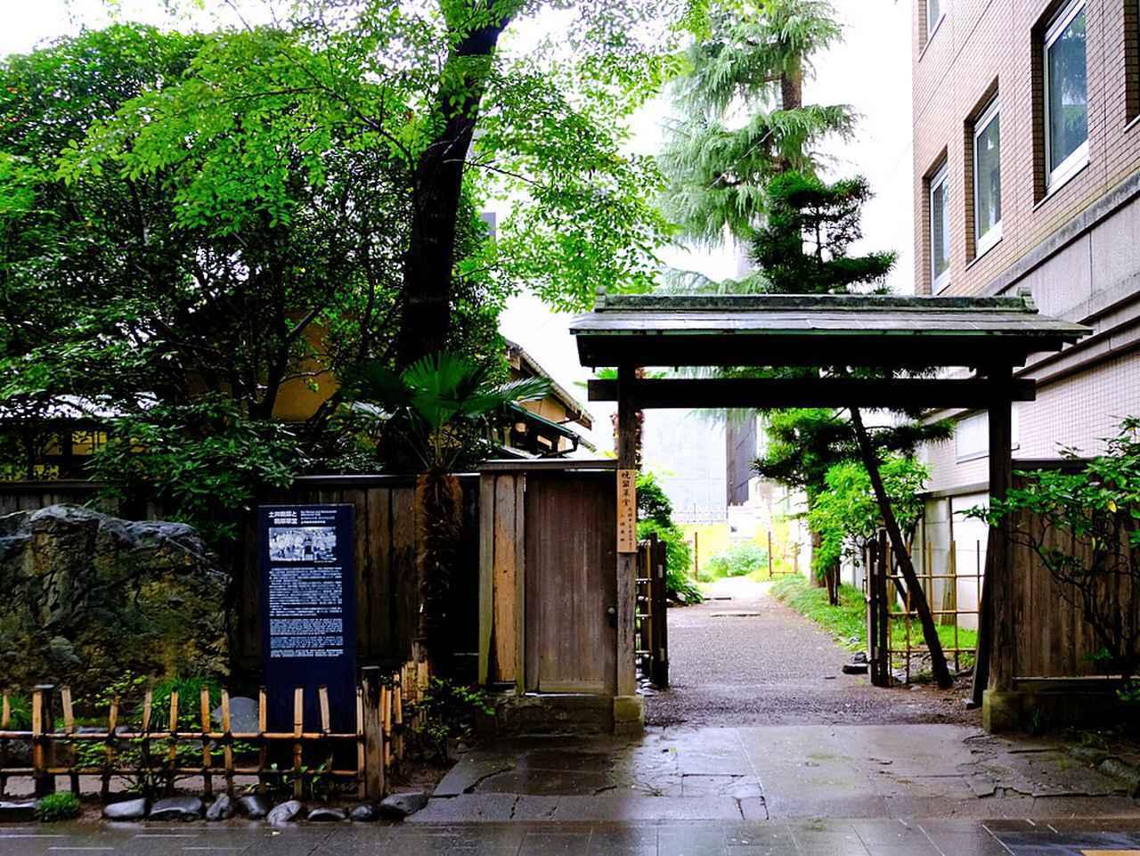 画像: 最初の降車は「晩翠草堂前」。土井晩翠の旧宅です。青葉通り沿いの、大都会のビルの谷間のような場所に突然現れる史跡で、詩人・英文学者であった土井晩翠の邸宅跡です。