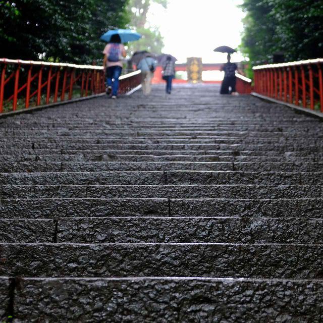 画像: かなりきつい階段となります。雨の日は慎重に…。