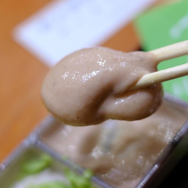 画像: こちらはくるみ餅。たれには味噌が使われていて塩気がおいしい。お餅はしっかりとコシがあるタイプ。
