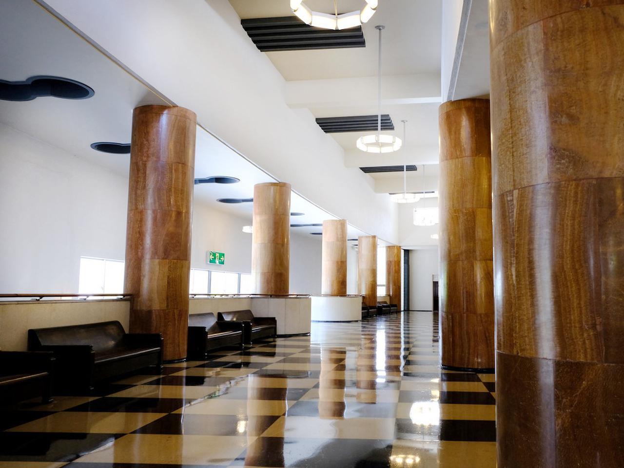 画像: 2階ロビー。1階よりも深い色合いになり全く異なる印象を受けます。