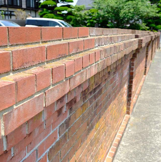 画像: 普通よりも少し淡い色の煉瓦壁。これを「桃色煉瓦」と呼ぶそうです。