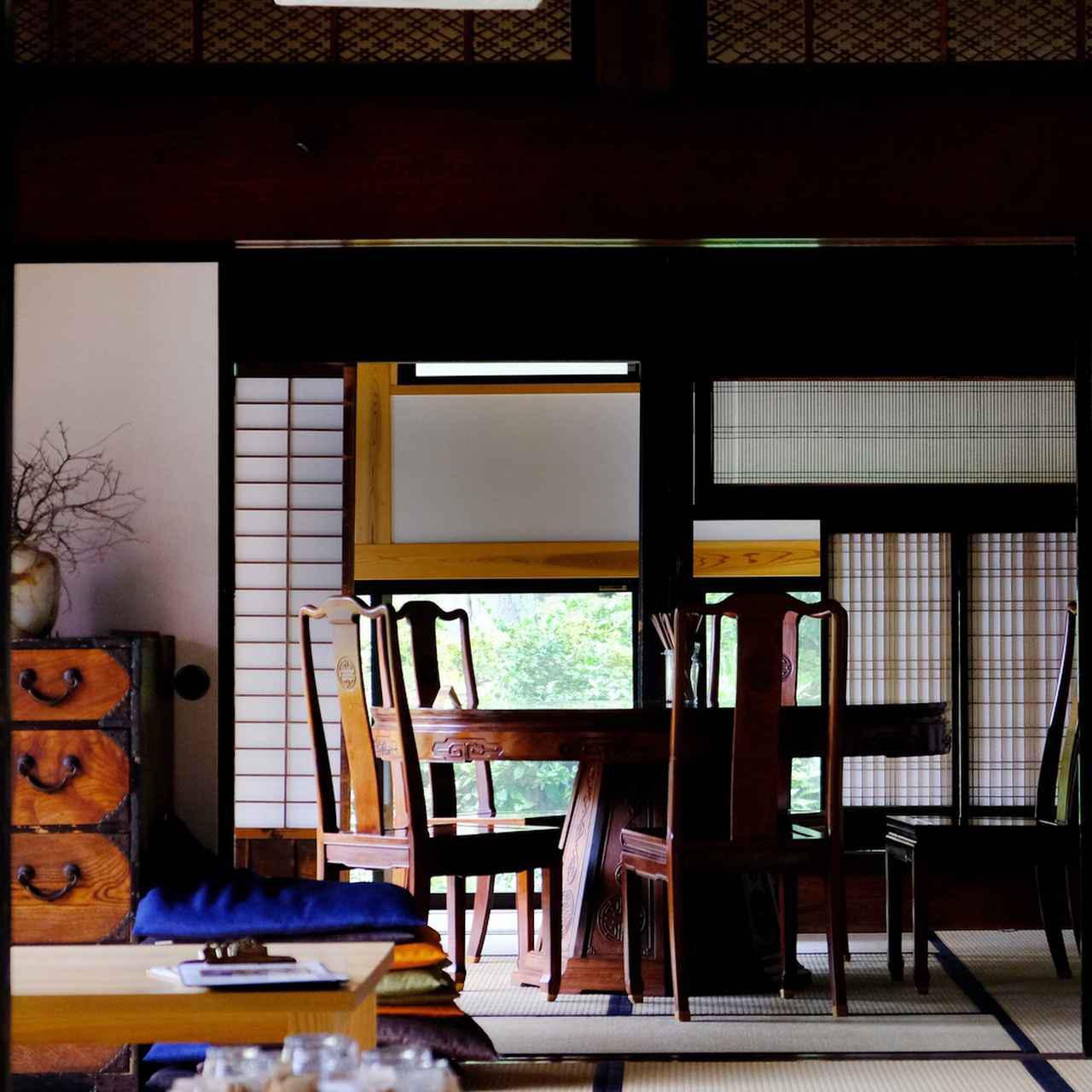 画像: 純和風の要素をしっかり押さえつつ、現代風にアレンジするところは大胆に。畳、障子、筬欄間のある場所にダイニングテーブルと椅子を置き、居心地の良さもしっかりと守られています。