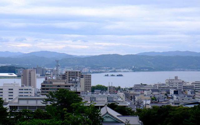 画像: 天守の頂上まで上がってくると景色がとてもいいです!宍道湖やそこに浮かぶ嫁が島、左に見切れているのは県立美術館。あまり高い建物がなく、松江城がランドマーク的な役割を果たしていることも感じられるでしょう。