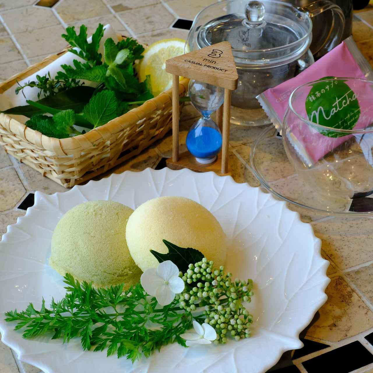 画像: 季節により変わるハーブティーは7種類の新鮮なハーブを使ったすっきり味。レモングラスやミント、ゼラニウムなど爽やかな風味が調和していて心身ともにとても落ち着けます。