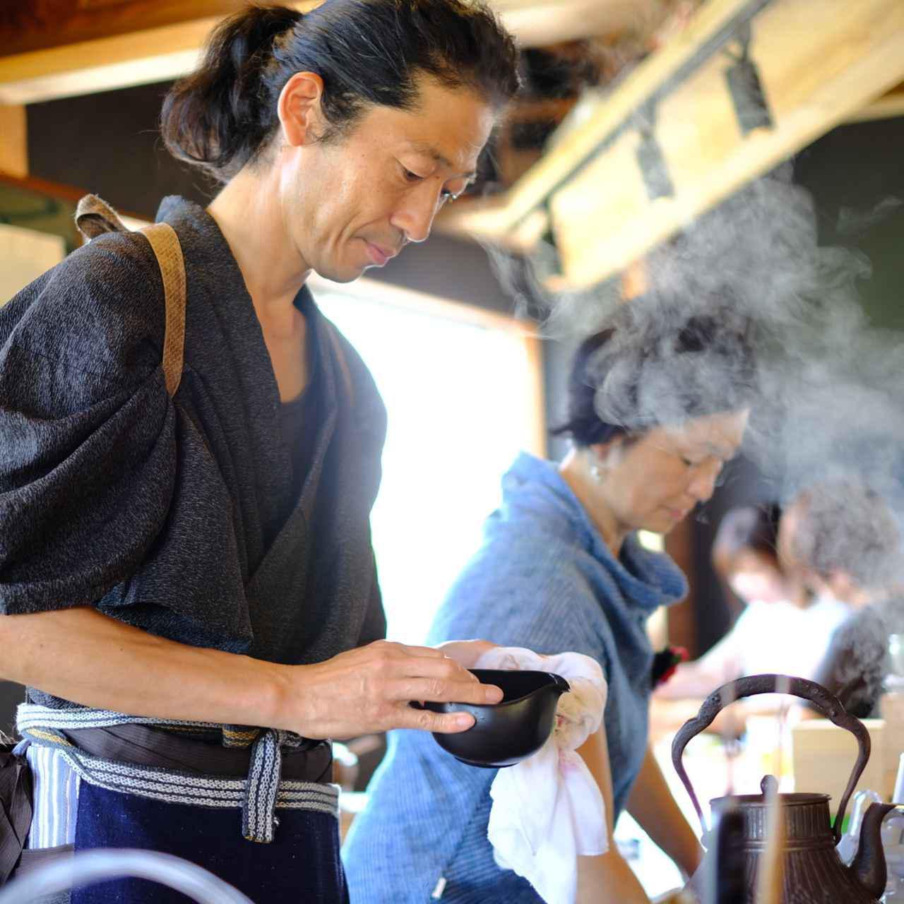 画像: 学校の先生をしていたという平中さんが、奥様と一緒に営まれているお茶カフェ。取り扱うお茶は全て自分で買い付けるというこだわりようで、日本茶に限らず台湾烏龍茶や韓国のコーン茶などもメニューにあります。