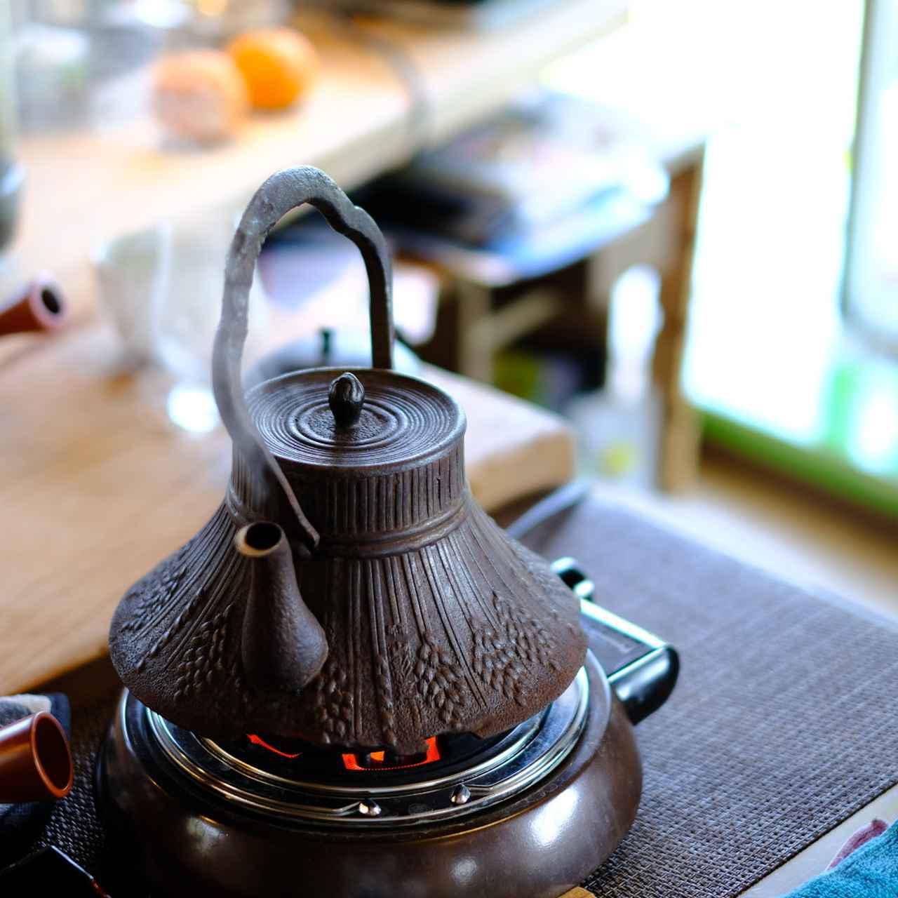 画像: 体調を崩したのをきっかけにお茶に興味を持つようになった、という平中さん。熊本でお茶作りを手伝うなどしながら、お茶には自らの心身がほぐれるような癒しがあることに気づいたということです。