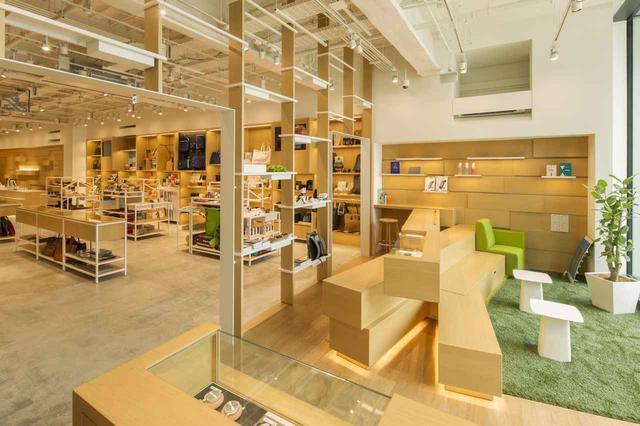 画像1: 文房具を中心とした専門店「銀座 伊東屋 本店」では名入れできるバゲージタグが人気