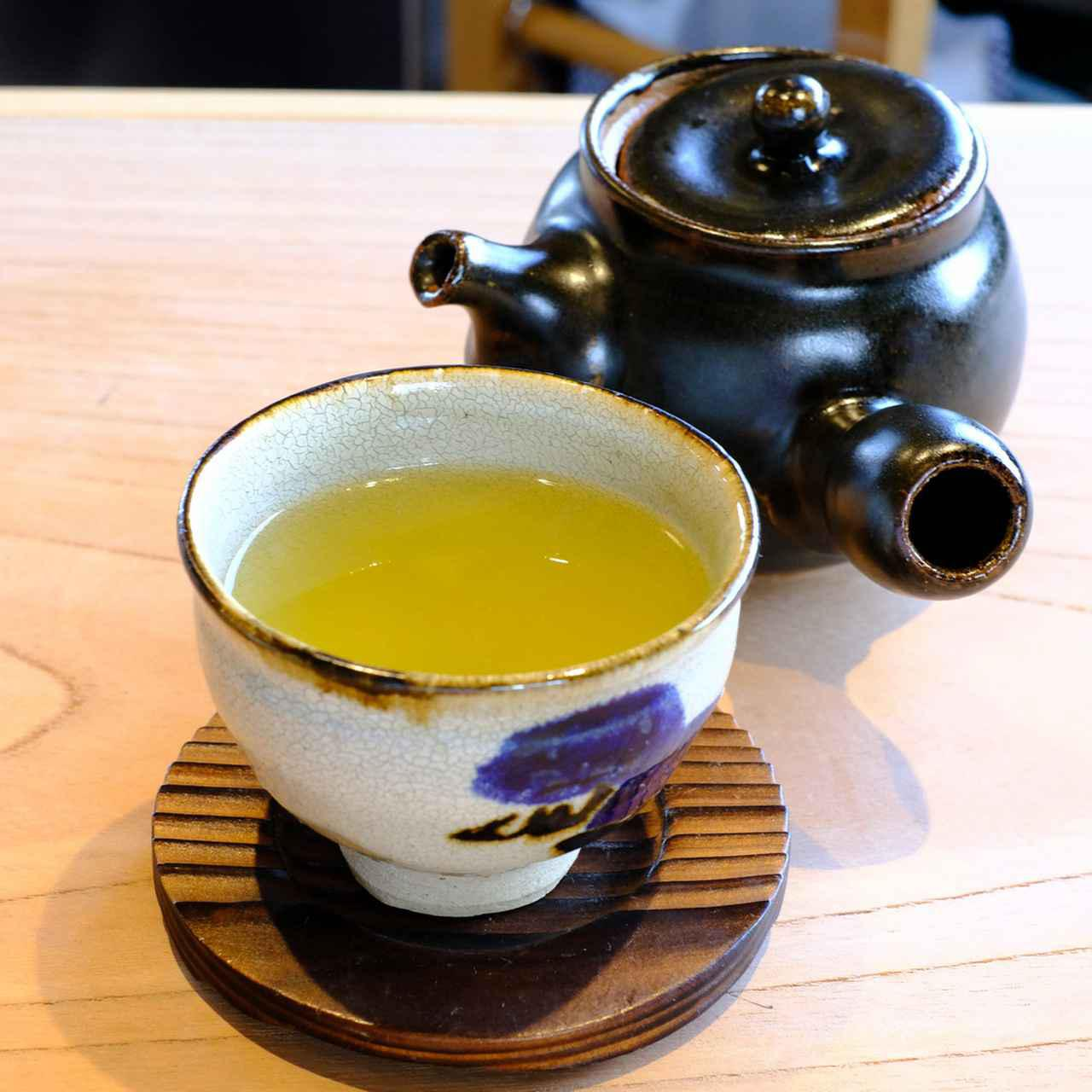 画像: 私のオーダーは小野茶。一煎目だけでなく、お湯を継ぎ足してもらい二煎目も楽しめるので、気の合う友人とゆっくり語らうこともできるいいカフェですねー。一人で来ちゃったけど。