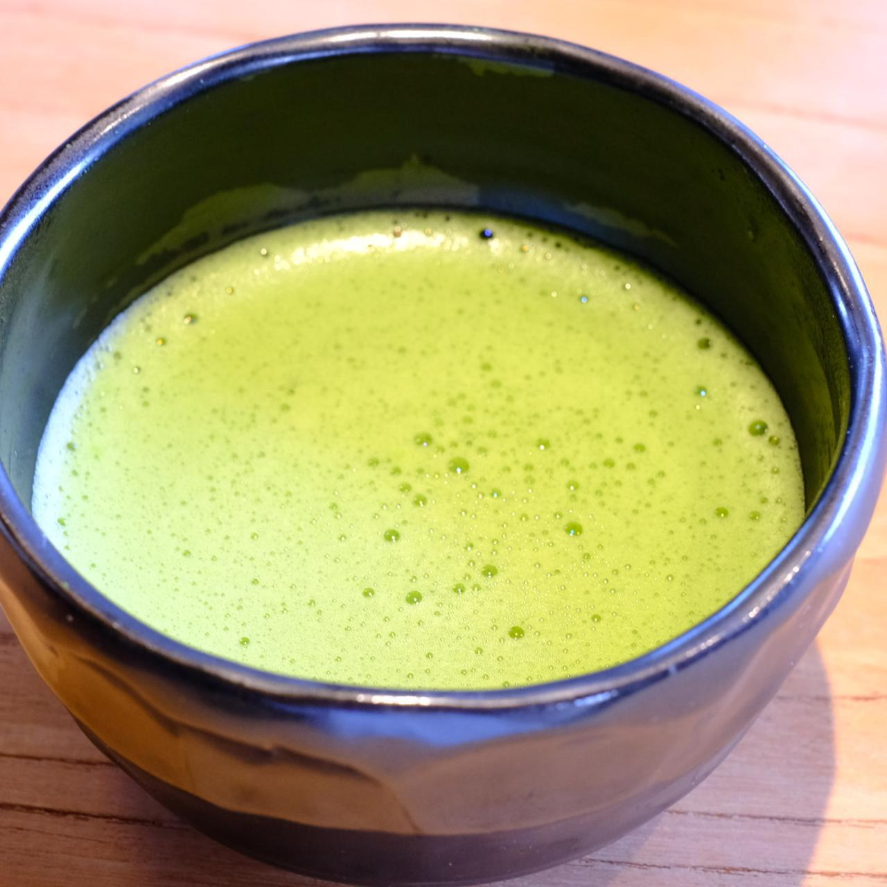 画像: せっかくだからとお抹茶も点ててくださいました。こちらは福岡八女星野村の抹茶。苦みの中にお茶の甘さや青々しさを感じます。