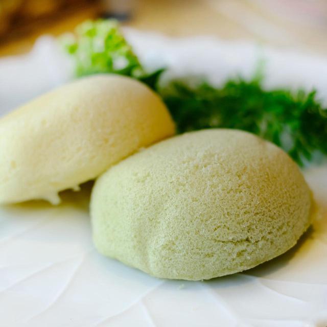 画像: ぽわんと丸みを帯びた形で可愛い。しっとりとしたカステラ生地にクリームが包まれています。