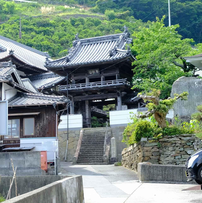 画像: 禅寺である龍潭寺は外側から拝観。