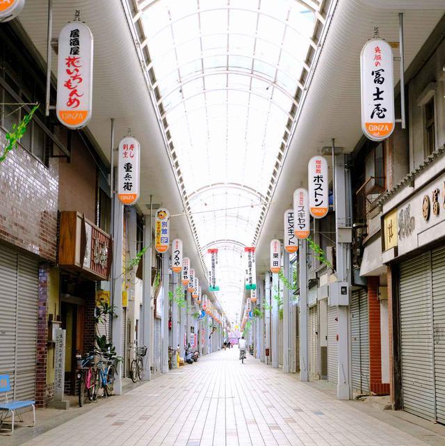 画像: 八幡浜には長くて大きな商店街がありました。この日はちょうど定休日…。商店街の中には「八幡浜ちゃんぽん」の名店が数多くあるそうです。愛媛の人は八幡浜と言えばちゃんぽん、と考える人も多いようですよ!