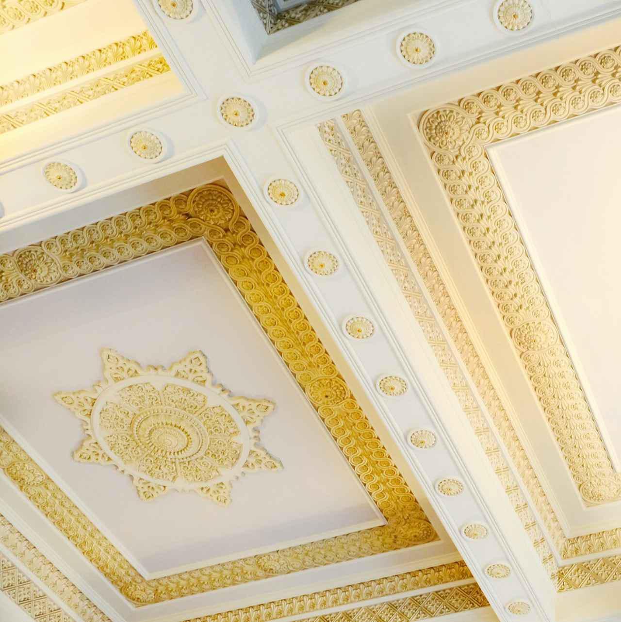 画像: 天井まで細工が施されています。庁舎全体に装飾がいきわたり、高価な建材がふんだんに使われています。当時のお金で102万円、今に換算すると100億円を軽く超えるほどの資金を投じて建設されたとのことです。