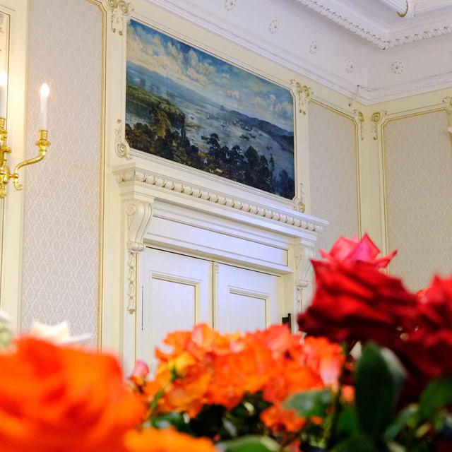 画像: 壁画にも注目です。松山市出身の八木彩霞が描いた絵が2枚あります。洋画家の八木彩霞は「森永ミルクキャラメル」のパッケージデザインをしたことでも有名です。