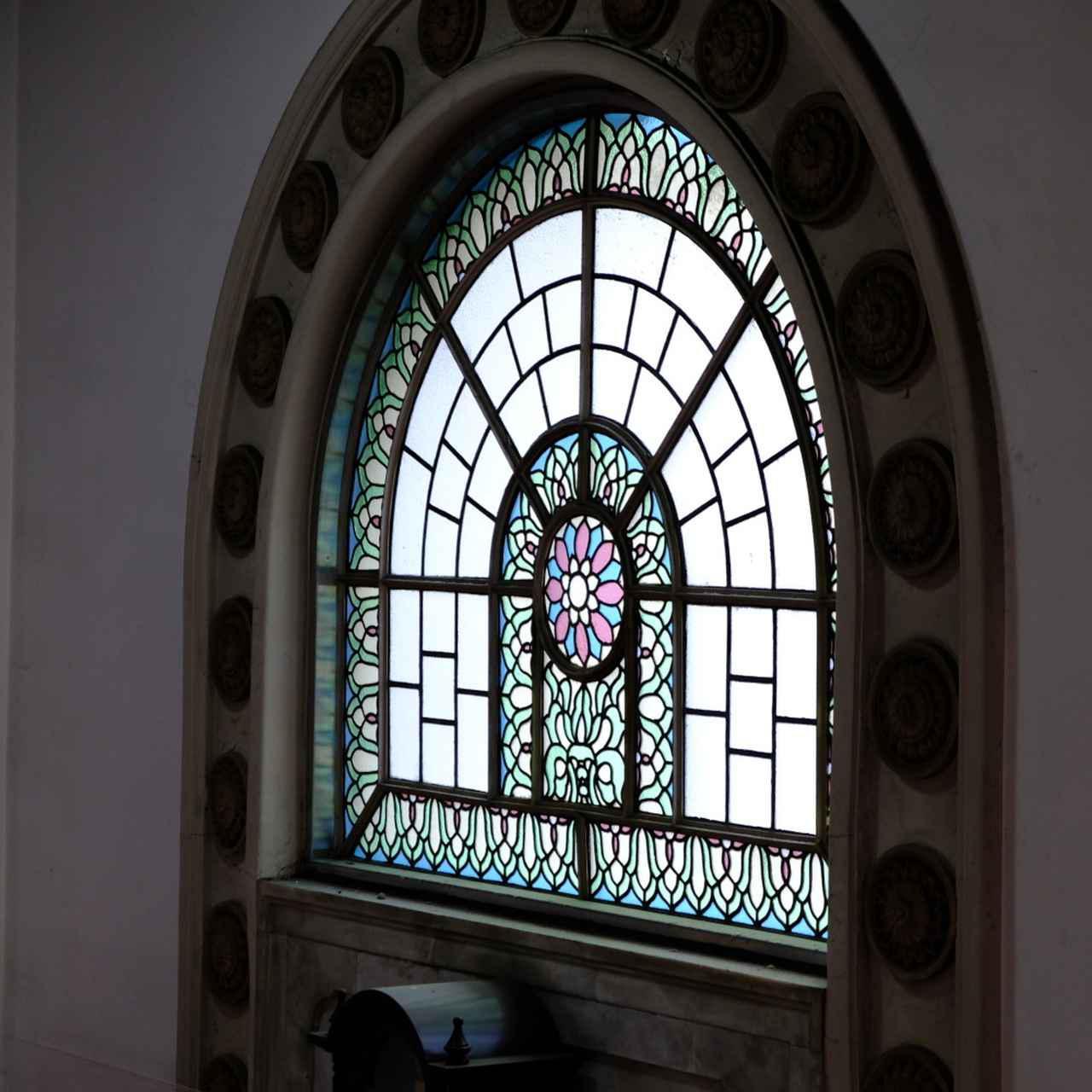 画像: 階段正面には素晴らしい細工のステンドグラス。