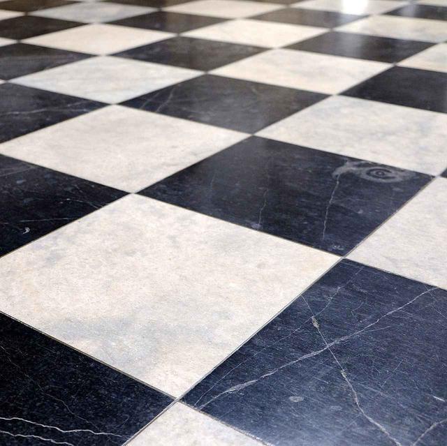 画像: 床面は大理石。よーく見ると化石を見つけることができますよ。
