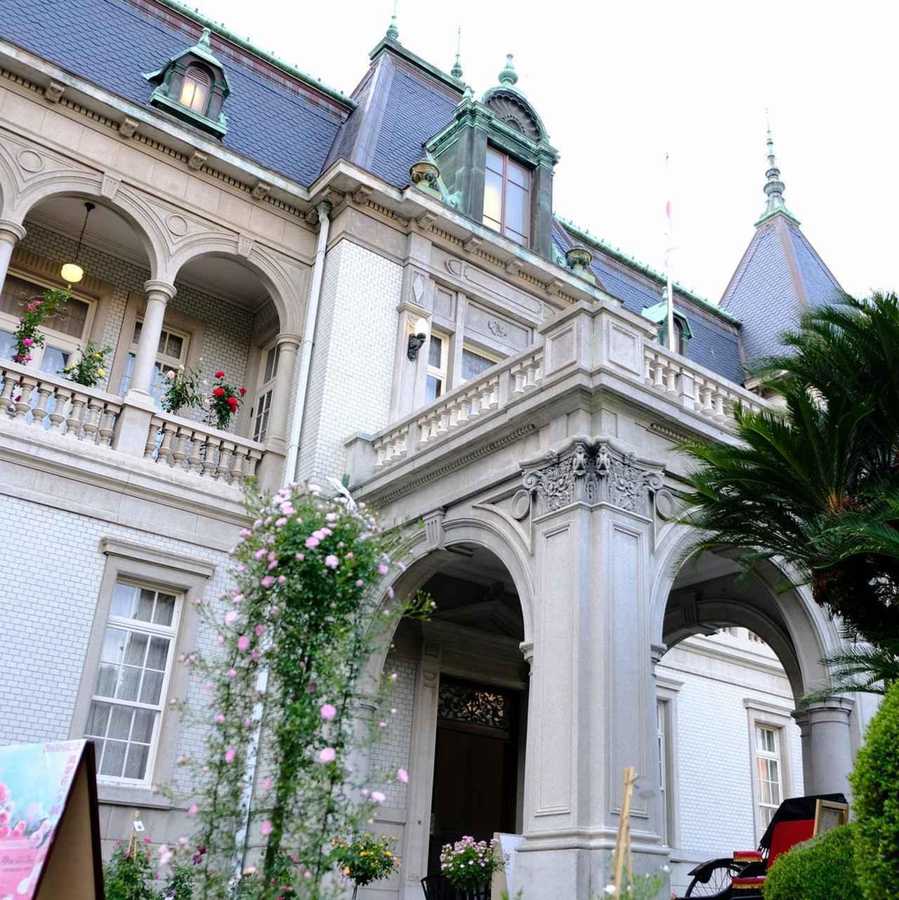 画像: 建築家・木子七郎が残した建物。洋風建築で外観にも内装にも美しい装飾が施されています。