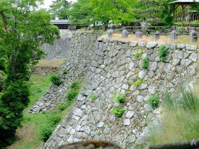 画像: 高い石垣が張り巡らされており、城への道は入り組んだ作りになっています。直角に曲がらされたり、Uターンさせられたりと、城攻めしている気分を味わえます。