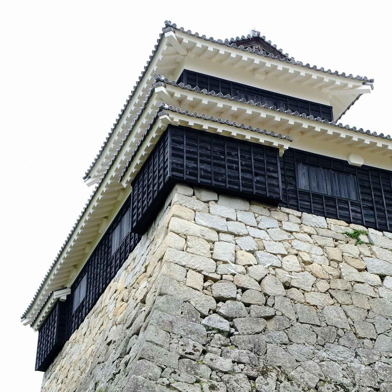 画像: 櫓には「石落とし」が見られます。登ろうにも石や鉄砲の玉がここから降ってきます。