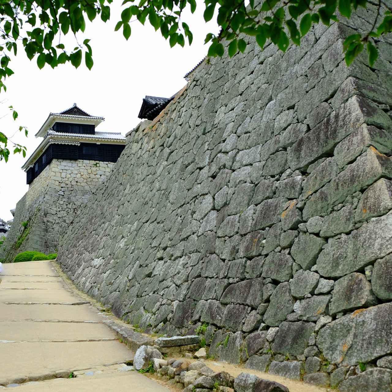 画像: 石垣好きも大満足!面を作り組み込んでいき、隙間を小さな石で埋めます。打ち込みはぎという工法です。