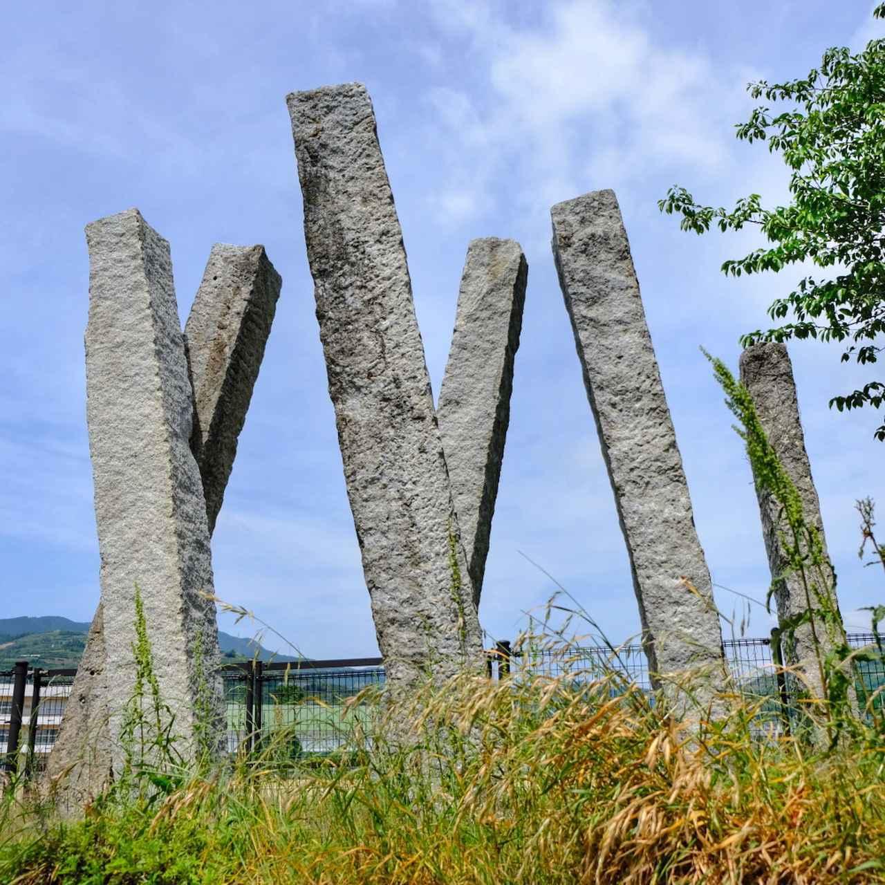 画像: 平成11年の台風で倒壊した和田橋の部材をモニュメントに。戦中の鉄材不足から鉄筋ではなく竹筋で作られた珍しいコンクリート柱でした。