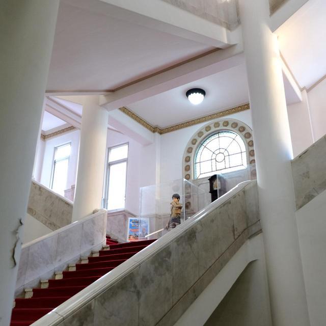 画像: 吹き抜けた大階段。この時は「進撃の巨人」とコラボ中でした。