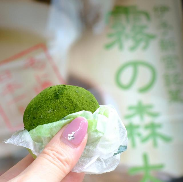 画像: 途中、大人気の和菓子専門店「霧の森菓子工房松山店」にて霧の森大福を。甘さ控えめのあんことクリーム、抹茶の苦みが口の中で一体に!