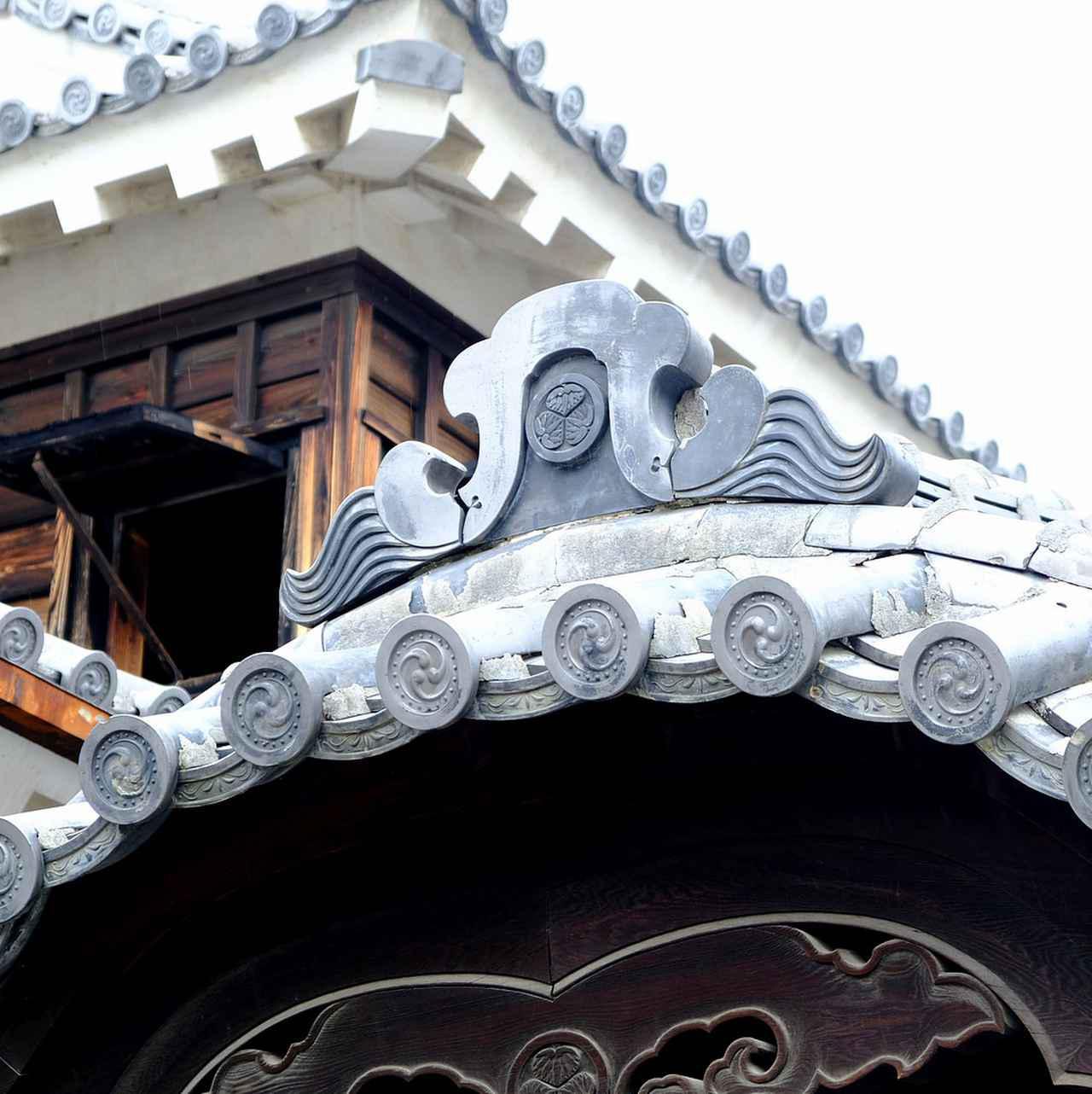 画像: 屋根には「丸に三つ葉葵」の紋。葵の御紋を配することを許されたお城です。