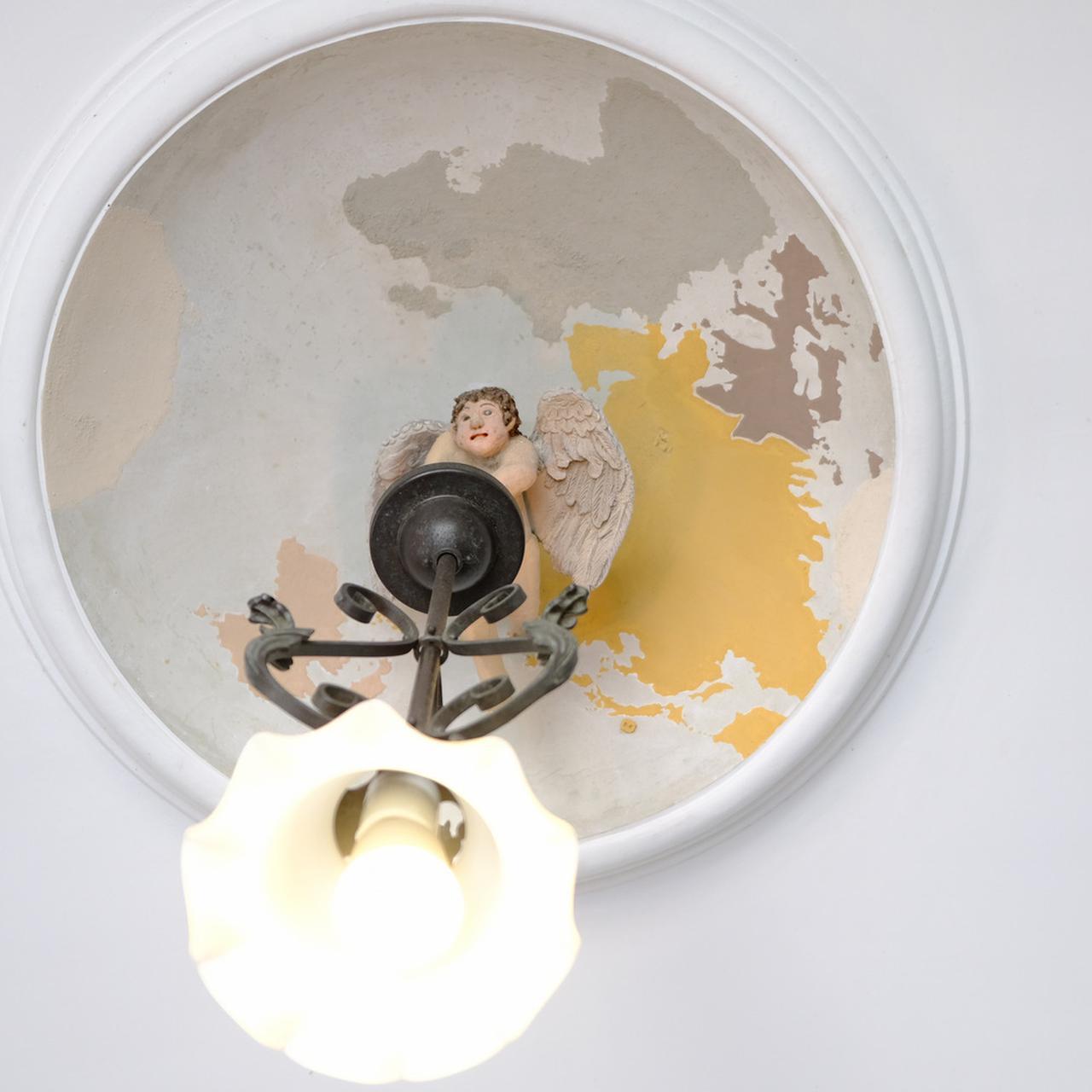 画像: 玄関天井には天使と地球儀が描かれています。これは左官が鏝で描く「鏝絵」。よく見ると小さな漢字で「日本」と書かれているので、見つけるのも面白いですよ!