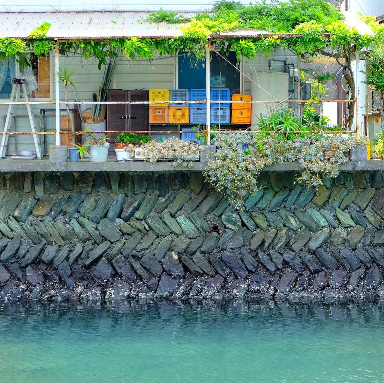 画像: 川岸に使われているのは伊予青石。矢羽根積みにした護岸ももっきんろーどから眺められます。まるで毛糸を編んだような美しさです。