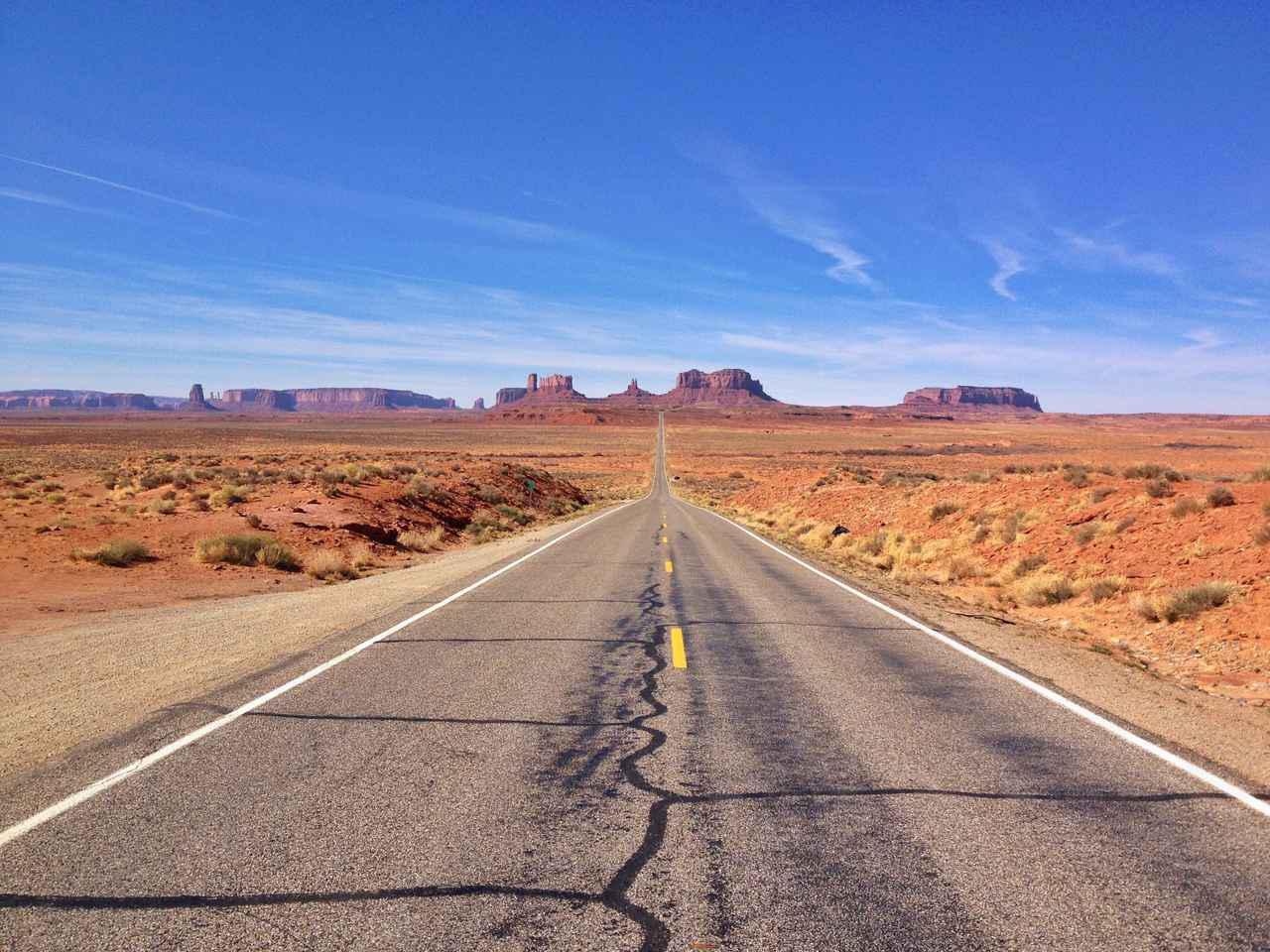 画像: 巨大な岩山に向かって延びる国道「フォレスト・ガンプ・ポイント」