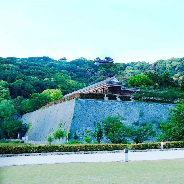 画像: 下から見ると少しわかります(写真右端)。二の丸や三の丸から本丸(山頂)までを防御する石垣です。