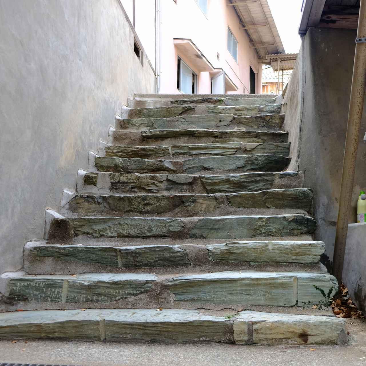画像: ふと見ると中庭の階段も青石でした。愛媛県内では、町中の石塀や玉砂利などにも青石をたくさん見かけました。