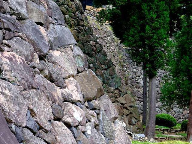 画像: 何層にも重なる石垣。しつこくてスミマセン。石垣好きなんです。